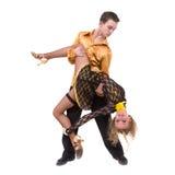 全长年轻芭蕾夫妇跳舞反对被隔绝的白色 免版税库存图片