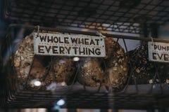 全麦一切在销售中的百吉卷 库存照片