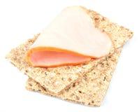全麦的薄脆饼干和烟肉 免版税图库摄影