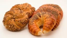 全麦的小圆面包和新月形面包 免版税库存图片