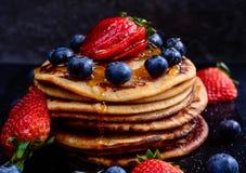 全麦的薄煎饼用莓果 免版税库存照片
