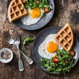 全麦美味奶蛋烘饼、煎蛋和芝麻菜,西红柿沙拉-在木背景的健康早餐 库存图片