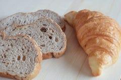 全麦面包和新月形面包 库存图片
