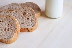 全麦面包和牛奶 库存照片