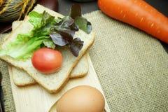 全麦面包用蕃茄和沙拉在麻袋布 免版税库存照片