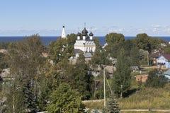 全仁慈的救主的城市Belozersk和教会的看法有轴的Belozersky克里姆林宫在沃洛格达州地区 库存图片