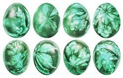 八个复活节彩蛋的汇集洗染了鲜绿色和装饰用杂草在白色背景隔绝的叶子版本记录 库存照片
