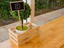 八由木头做的数字,在桌上的葡萄酒样式在咖啡店 免版税库存图片