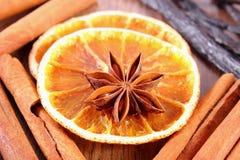 八角、芬芳香草、桂香和干桔子木表面上 免版税库存照片