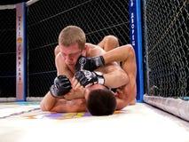 八角型圆环的运动员战斗极端体育的混合了武术竞争比赛MUTTAHIDA MAJLIS-E-AMAL MAXMIX 库存照片
