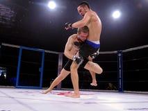 八角型圆环的运动员战斗极端体育的混合了武术竞争比赛MUTTAHIDA MAJLIS-E-AMAL MAXMIX 免版税库存照片