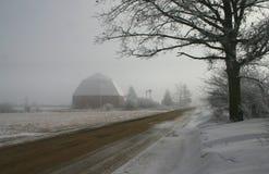 八角型谷仓在冬天 库存图片
