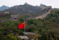 八达岭长城和中国国家旗子 库存照片