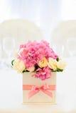 八仙花属和玫瑰的植物布置 库存照片