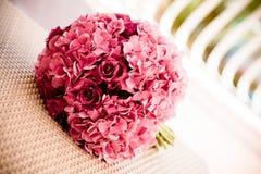 八仙花属和玫瑰花束 免版税库存照片