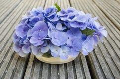 八仙花属花束在土气木头的 免版税库存照片