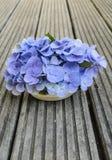 八仙花属花束在土气木头的 库存照片