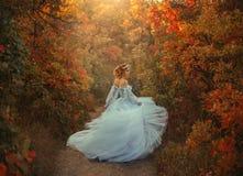 公主在秋天庭院里 免版税库存图片