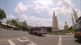 公交车巴士英尺长度在民主纪念碑的 股票视频