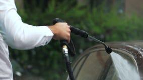 公企业司机洗涤的汽车用水,照料昂贵的车 影视素材