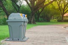 公众在公园回收站或被分离的废物箱 免版税库存图片