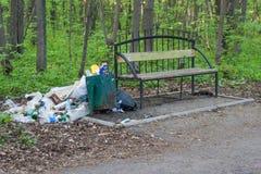 公共事业在公园长椅附近没去掉的垃圾切博克萨雷停放Guzovskogo 楚瓦什人共和国,俄罗斯 05/11/2016 库存照片