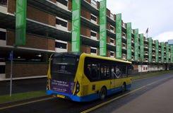 公共交通工具乘公共汽车在布拉克内尔,英国 图库摄影