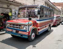 公共交通工具公共汽车沿着走一条街道在拉巴斯,玻利维亚 免版税库存图片