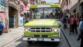 公共交通工具公共汽车沿着走一条街道在拉巴斯,玻利维亚 免版税库存照片