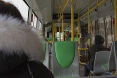 公共交通工具的人们在恶劣天气 库存图片