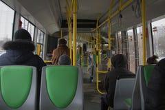 公共交通工具的人们在恶劣天气 免版税库存图片