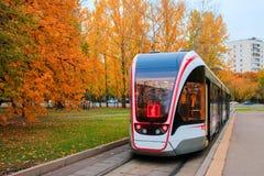 公共交通工具,现代城市电车,接近公共汽车站莫斯科,俄罗斯 免版税库存照片