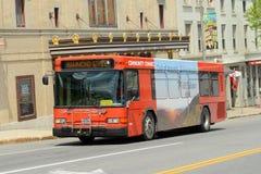 公共公共汽车在街市曼格,缅因 库存照片