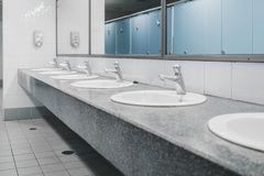 公共厕所和卫生间内部与面盆和洗手间r 库存图片