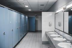 公共厕所和卫生间内部与面盆和洗手间r 图库摄影