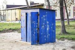 公共厕所在街道公园 蓝色木洗手间,休息室 库存照片