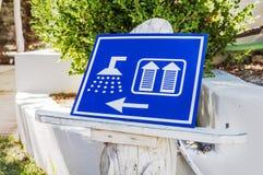 公共厕所妇女的WC阵雨的蓝色标志 免版税库存图片