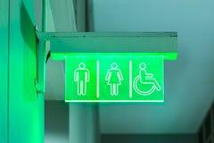 公共厕所的标志与残疾通入的 免版税库存图片