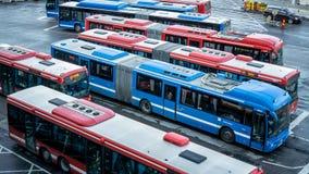 公共汽车停放在Slussen在中央斯德哥尔摩 图库摄影