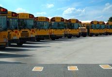 公共汽车停放的学校 库存照片