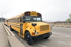 公共汽车停放的学校 库存图片