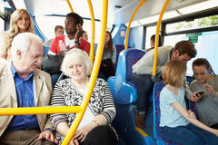 公共汽车内部有乘客的 库存照片