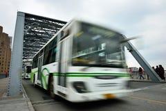 公共汽车加速 免版税图库摄影