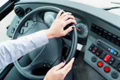 公共汽车司机在驾驶舱内 免版税图库摄影