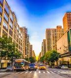 公共汽车和出租汽车交通在曼哈顿 免版税图库摄影