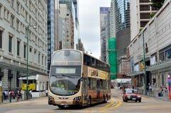 公共汽车和出租汽车在香港商业中心街道上 库存照片