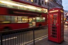公共汽车和电话亭,伦敦 免版税图库摄影