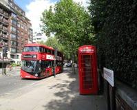 公共汽车和电话亭 免版税图库摄影