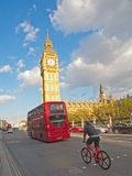 公共汽车和自行车在议会,伦敦旁边 图库摄影