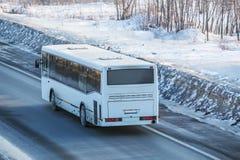 公共汽车在乡下公路驾驶 图库摄影